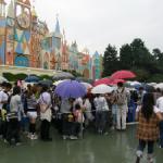 雨の東京ディズニーランドにおすすめの服装で、雨の日限定パレードを楽しもう!